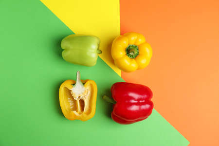 Photo pour Flat lay composition with ripe bell peppers on color background - image libre de droit