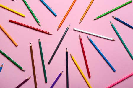 Foto de Color pencils on pink background, flat lay - Imagen libre de derechos