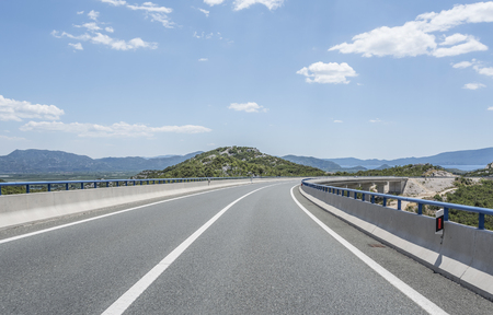Photo pour High-speed country road among the mountains. - image libre de droit