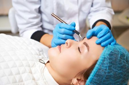Photo pour Permanent make-up wizard makes eyebrow correction procedure. Microblading - image libre de droit