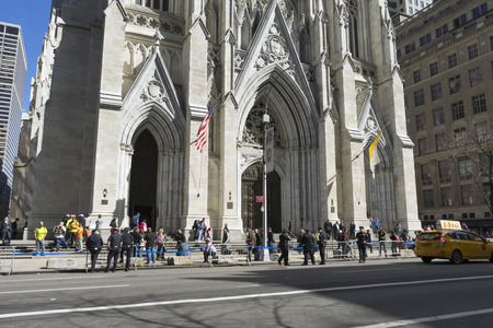 Foto de Crowded of tourist in front of St. Patrick's Cathedral on 5th avenue in Manhattan, NYC - Imagen libre de derechos