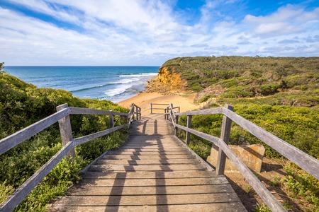 Foto de Walkway of the legendary Bells Beach - the beach of the cult film Point Break, near Torquay, gateway to the Surf Coast of Victoria, Australia, where he began the famous  Great Ocean Road - Imagen libre de derechos