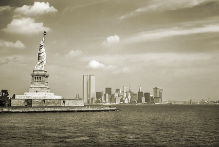 Photo pour Statue of Liberty and Twin Towers, destroyed in September 11, 2001, of World Trade Center. New York City skyline view from the ferry. Sepia background, vintage style. - image libre de droit