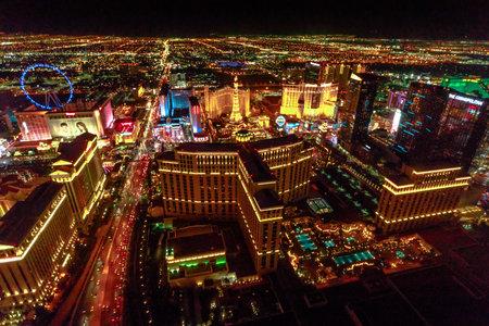 Foto de Las Vegas, Nevada, United States - August 18, 2018: aerial view of Las Vegas Strip Skyline illuminated by night. Scenic flight above: High Roller, Cosmopolitan, The Paris, bellagio Casino and Hotel. - Imagen libre de derechos