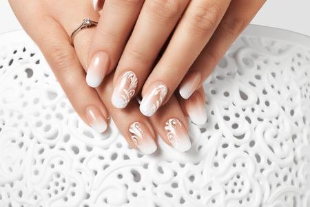 Photo pour Manicure and white abstract pattern on women's nails - image libre de droit