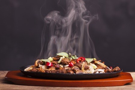 Foto per steaming chicken sizzler with noodles - Immagine Royalty Free