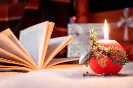 Photo pour red candle on the snow - image libre de droit