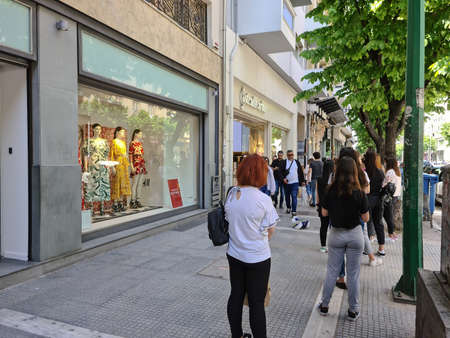 Foto de Thessaloniki, Greece Stores open after government loosens COVID-19 measures. Greeks keep their distance outside Stradivarius store as Coronavirus measures affect business & daily life. - Imagen libre de derechos