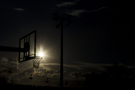 Photo pour silhouette of a basketball hoop, under the sunset. - image libre de droit