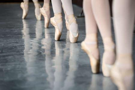 Photo pour Legs dancers on pointe, near the choreographic training machine. - image libre de droit