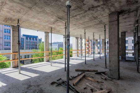 Photo pour Metal support for ceiling at the building site - image libre de droit