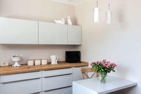 Photo pour Bright space - a white and elegant kitchen corner - image libre de droit
