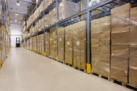 Photo pour Metal stillage in a warehouse with cartons - image libre de droit