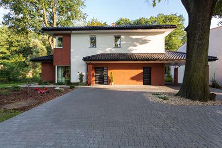 Photo pour A big city residence covered in bricks - image libre de droit