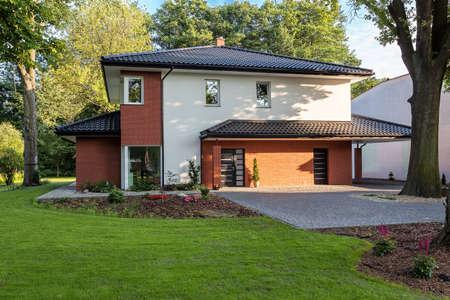 Photo pour A stylish elegant mansion with a vast garden - image libre de droit