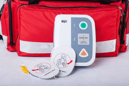 Foto de Automated External Defibrillator and rescue bag - Imagen libre de derechos