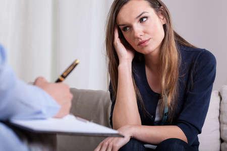 Foto de Woman during first meeting with psychotherapist, horizontal - Imagen libre de derechos