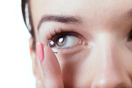 Foto de Close-up of inserting a contact lens in female eye - Imagen libre de derechos