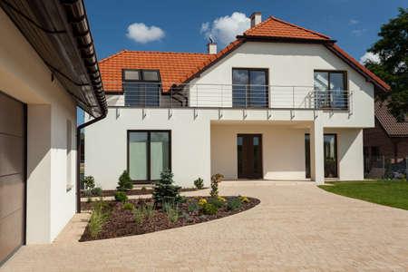 Photo pour Horizontal view of big house with outbuilding - image libre de droit