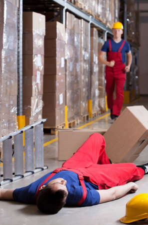 Foto de Vertical view of a warehouseman after accident at height - Imagen libre de derechos