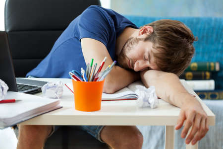 Photo pour Student sleeps on the desk after learning  - image libre de droit