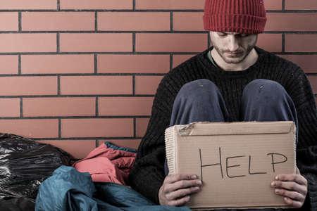 Foto de A homeless man need money and asks for help - Imagen libre de derechos
