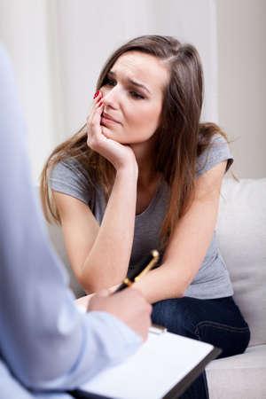 Foto de Psychotherapist conducting an interview with depressed patient - Imagen libre de derechos