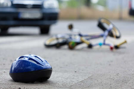 Foto de Close-up of a bicycle accident on the city street - Imagen libre de derechos