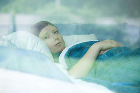 Foto de Young woman in bed suffering from cancer - Imagen libre de derechos