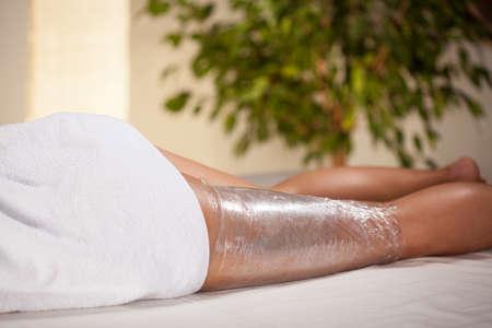 Foto de Body wrapping in a spa room, horizontal - Imagen libre de derechos