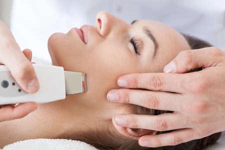 Photo pour Close-up of woman having cavitation peeling, horizontal - image libre de droit