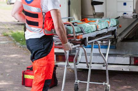 Foto de Horizontal view of ambulance and paramedic during his work - Imagen libre de derechos