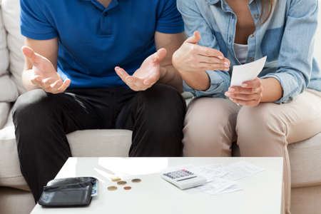 Foto de Couple having not enough money for bills - Imagen libre de derechos