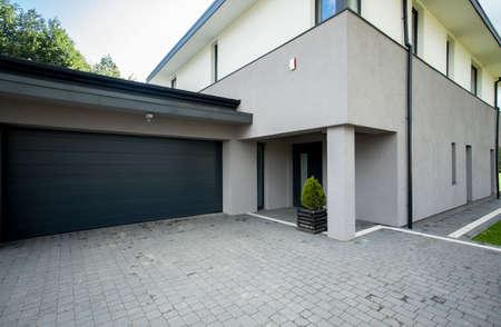 Photo pour Horizontal view of garage from the outside - image libre de droit