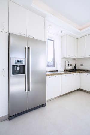 Photo pour Spacious bright beauty kitchen with big fridge - image libre de droit