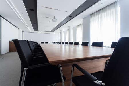 Photo pour Enormous table in a meeting room, horizontal - image libre de droit