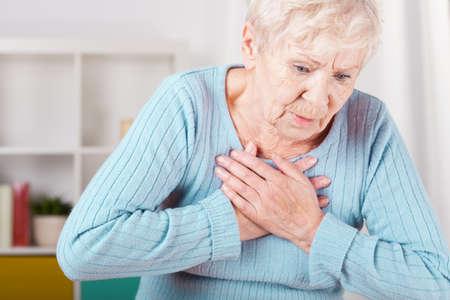 Foto de Portrait of elderly woman having heart attack - Imagen libre de derechos