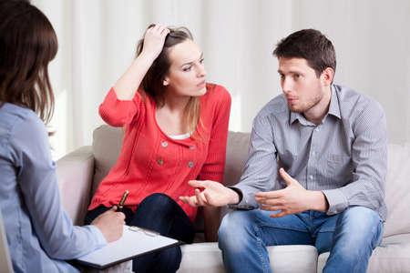 Foto de Horizontal view of marriage during the psychotherapy - Imagen libre de derechos
