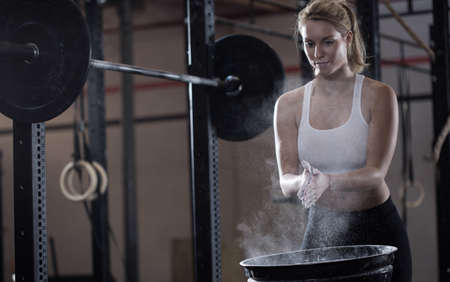 Foto de Horizontal view of girl preparing to weightlifting - Imagen libre de derechos