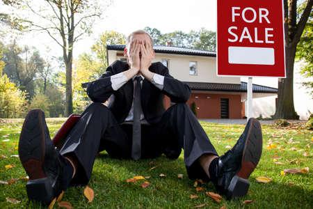 Photo pour Resigned house agent having problem with selling house - image libre de droit