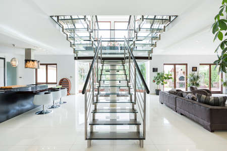 Photo pour Modern stairs in luxury ans spacious apartment - image libre de droit