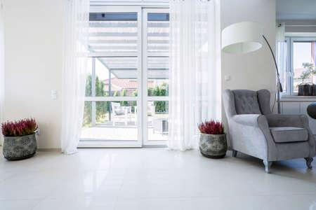 Foto de Balcony window in the living room with garden view - Imagen libre de derechos