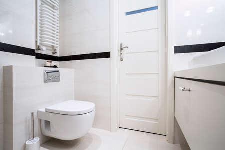 Foto de Small, modern bathroom in balck and white - Imagen libre de derechos