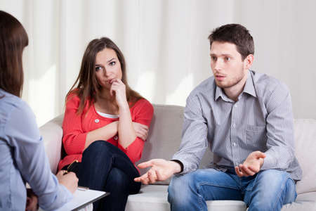 Foto de View of couple with problems during psychotherapy - Imagen libre de derechos