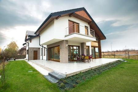 Photo pour Horizontal view of single-family home with patio - image libre de droit