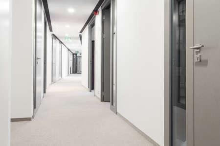 Foto de Long corridor with a lot of doors - Imagen libre de derechos