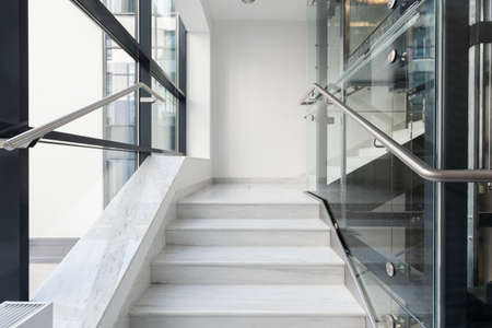 Foto de Horizontal view of white stairs in business building - Imagen libre de derechos