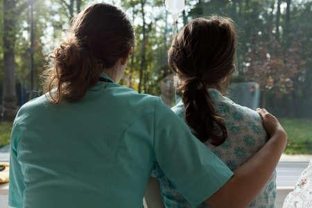 Foto de A nurse cares for sad patient in the hospital - Imagen libre de derechos