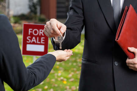 Photo pour Real estate agent giving the keys to the buyer - image libre de droit