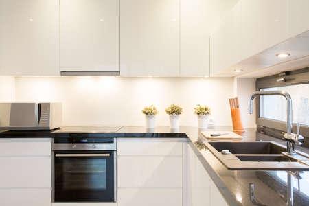 Photo pour Close-up of white kitchen unit in modern interior - image libre de droit